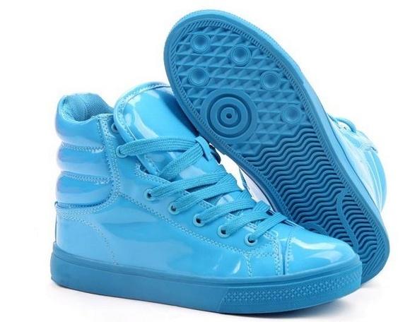 Skyblue sneakers in lakleer. Stoer en girly tegelijk.