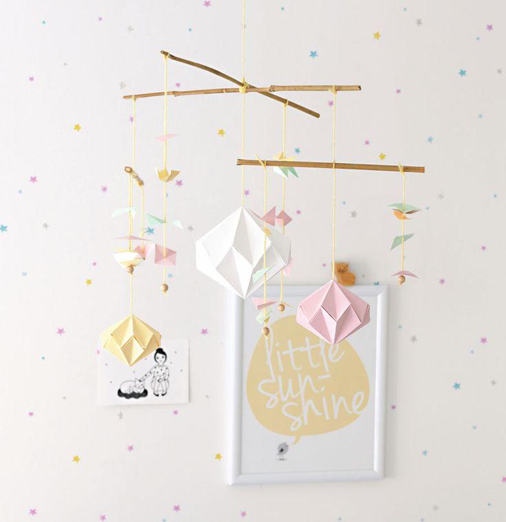 Das perfekte Geschenk für die nächste Baby-Party! Ein selbst gemachtes Mobile. Anleitung in unserem Blog.