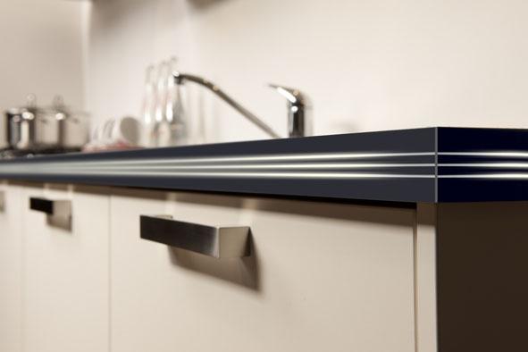 Led-randlijst verwerkt in uw keukenblad, voor indirecte verlichting. Stel u voor: een luxe randlijst waardoor licht schijnt. De lijst is in drie uitvoeringen verkrijgbaar: twee met een strak, recht design en één met subtiele ronde vormen.