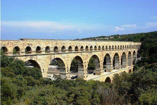 Erigé par les Romains dès le premier siècle, le Pont du Gard figure au patrimoine mondial depuis 1985.  Ce pont de 50 m de haut a trois niveaux, dont le plus long mesure 275 m. Ce chef-d'oeuvre technique est un des monuments les plus visités de France.