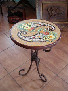 Mesa auxiliar base de fierro Mosaico trabajado con azulejos de diferentes cortes