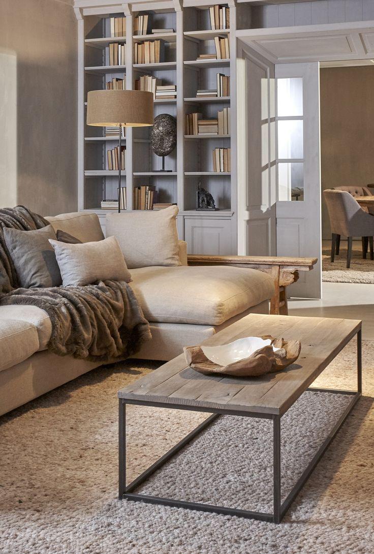 Mooi wonen is een kunst. Het vraagt om een creatieve artiest. De interieurstylisten van Mart weten wat kunst is. Lamp, boekenkast, bank, plaid. www.martkleppe.nl