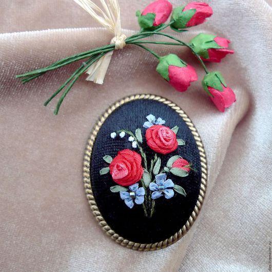 Броши ручной работы. Ярмарка Мастеров - ручная работа. Купить Брошь с вышивкой Пусть розы будут в декабре. Handmade.