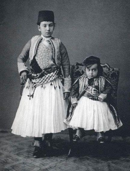 Албанцы в национальных костюмах и с оружием