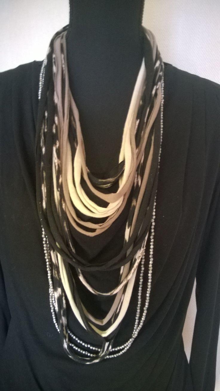 Tshirt Scarf in zwart, beige en taupe tinten en 2 lange losse zilverkleurige Kralenkettingen DKNenzo