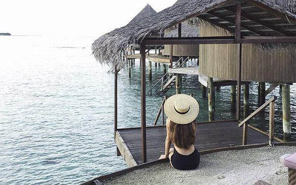 Mujer pensando en un entorno paradisíaco.
