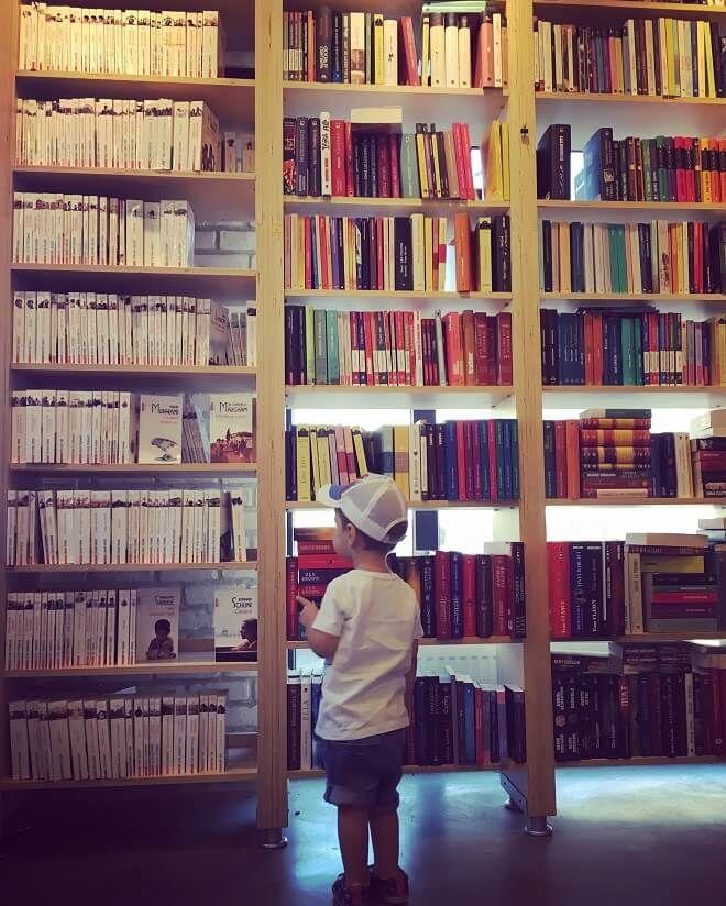 Macicece mami o dată, macicece mami o dată (sau pe limba adulților, mai citește mami o dată). Aud asta în fiecare seară când stăm în pat, el cu capul sprijinit pe umărul meu, eu cu cartea pe genunchi. E ordinul ferm care mă invită să încep iar cu pagina întâia din carte. Dacă mă bucur…