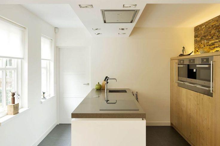 dankzij de lichtinval de hoogglans witte keuken in