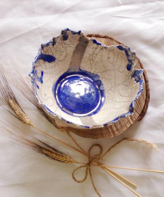 ciotola decorativa fatta a mano, in ceramica raku. colore bianco e blu