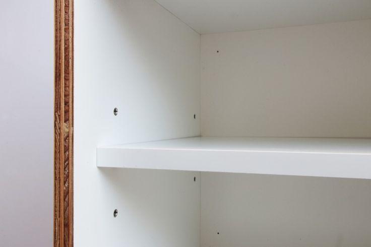 3段階で高さを変えられる可動棚。背板の下穴に付属のビスを打って壁に留めます。