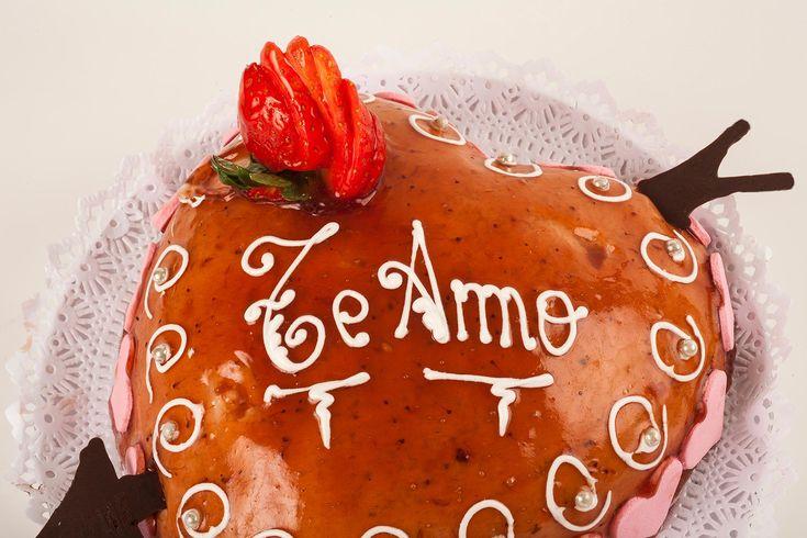 Tarta de San Valentín.  Corazón de bizcocho, relleno de mousse de fresa y cubierta de mermelada.