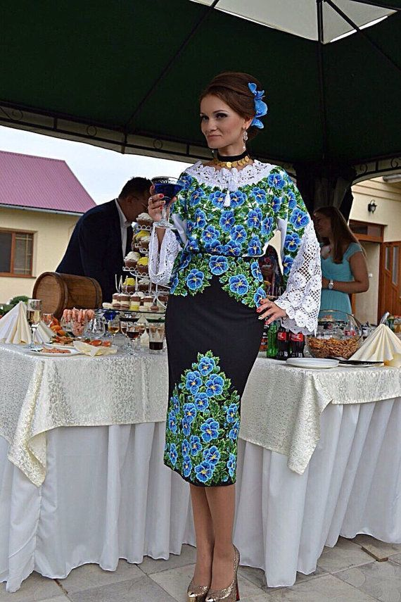 Ucraino a mano in rilievo vestito / ricamo di perline / Handmade Vyshyvanka / Seed Bead Suit.  Dimensioni - XS, S, M, L, XL, 2-4XL - tutti i formati sono disponibili.  Ricamo a mano perlina. Il lavoro viene fatta esclusivamente a mano (su un modello speciale). Cè un modello pronto dei vestiti in rilievo. È possibile scegliere qualsiasi design e lo stile del taglio e farò un ricamo di perline e cucire per voi in un 5-6 settimane, o anche prima se necessario.  Io uso solo perle della migliore…
