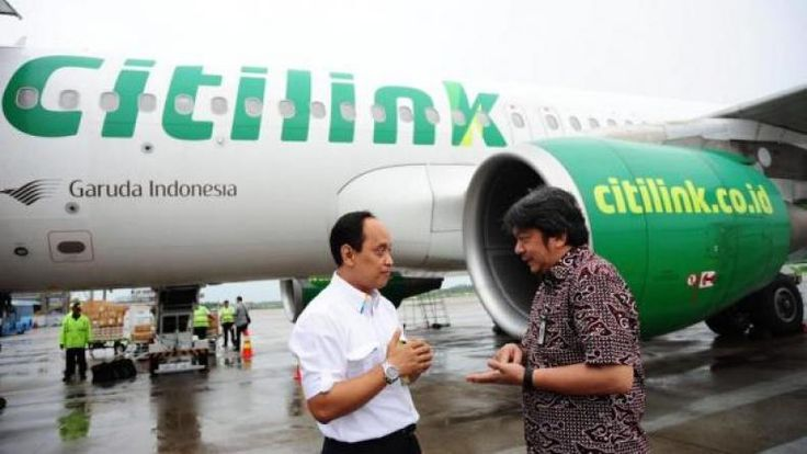 Oknum Pilot Citilink yang Mabuk Dilarang Terbang  KONFRONTASI - Direktorat Jenderal Perhubungan Udara Kementerian Perhubungan melarang terbang sementara pilot Citilink yang diduga mabuk saat bertugas.  Kepala Biro Komunikasi dan Informasi Publik Kemenhub Bambang S Ervan dalam keterangan tertulis di Jakarta Jumat (30/12/2016) menyampaikan bahwa saat ini pihaknya tengah melakukan pemeriksaan kesehatan lengkap dan teliti terhadap pilot tersebut. Sampai dengan hasil pemeriksaan keluar pilot…