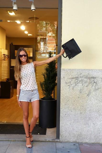 Marta Carriedo con gafas y bolso de piel de Imagine accesorios