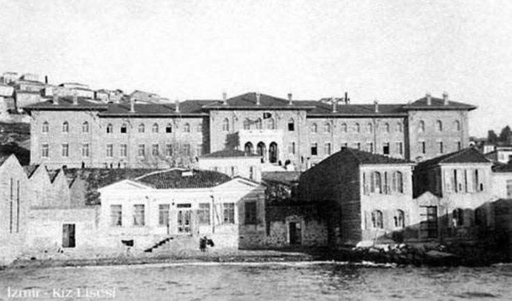 Deniz tarafından İzmir Kız Lisesi. Ön soldaki uzun, büyük bina eski sayaç atölyesi, şimdiki İksev binası.