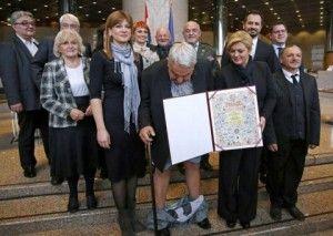 Titular del Croatian Helsinki Committee for Human Rights y respetada figura internacional por su compromiso en la defensa de los derechos del hombre, Ivan Zvonimir Cicak fue condecorado en Zagreb por la presidente de Croacia, Kolinda Grabar-Kitarovic. Pero un desafortunado accidente hizo que el
