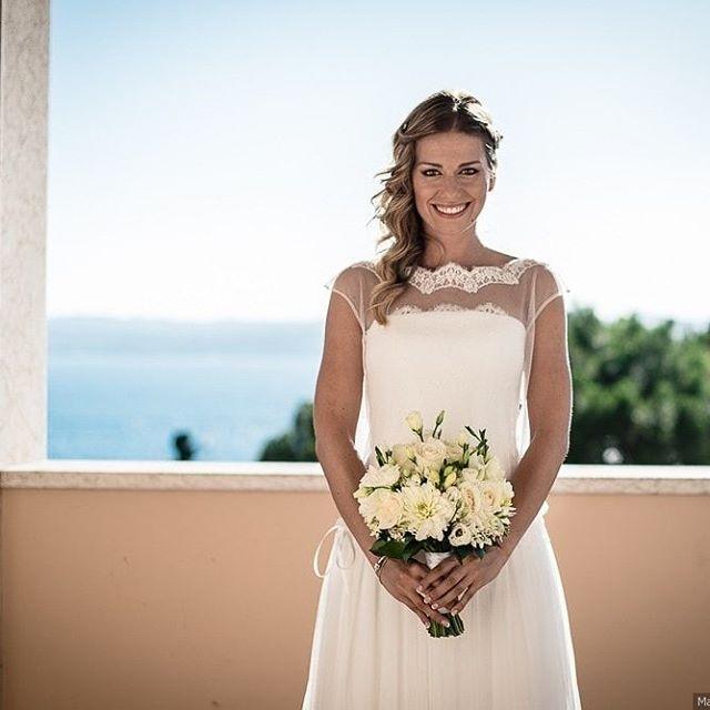 Alessia wears Couture Hayez Atelier and a stunning #smile ! Ph @marco.varchetta  #enjoy #couture #bridalsmile #sposebelle #ilmioabitodasposa #weddingdress #weddibgtime #weddinglux #bride #bridalcouture #matrimonio #matrimoniosirmione #lenostrespose #elegante #elegance #madeinitaly #pizzo #tulle