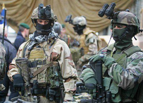 Les forces spéciales françaises disposaient, début 2014, d'un peu plus de 3.000 hommes auxquels s'ajoutent 400 réservistes. Parmi leurs meilleurs éléments, ceux de la Marine, dont bon nombre sont formés à la base des fusiliers marins et commandos de Lanester (56).