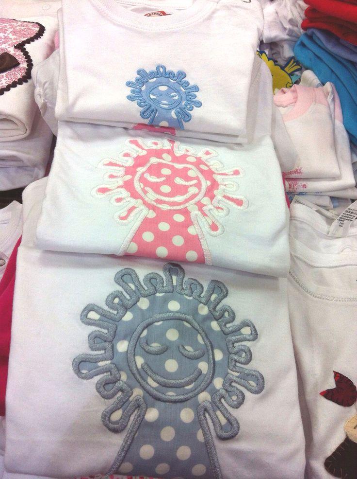 Nuevo modelo de camisetas con la Virgen del Pilar a topos y en diferentes colores.