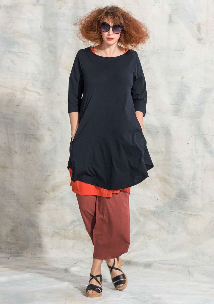 Tunic in organic cotton This tunic is quickly becoming a new favorite with its beautiful airy cotton, rounded cuts on the sides and becoming ¾ sleeves. Equally stylish for everyday party! Regular fit, roomy over the hips. Length / M: 90 cm Item number 72411 Price SEK 545 (aprox.$59)