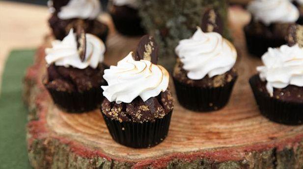 Prøv disse lækre og børnevenlige s'mores cupcakes med kiks, chokolade og saltkaramel fra Den Store Bagedyst, som er perfekte til en sommeraften ved bålet.