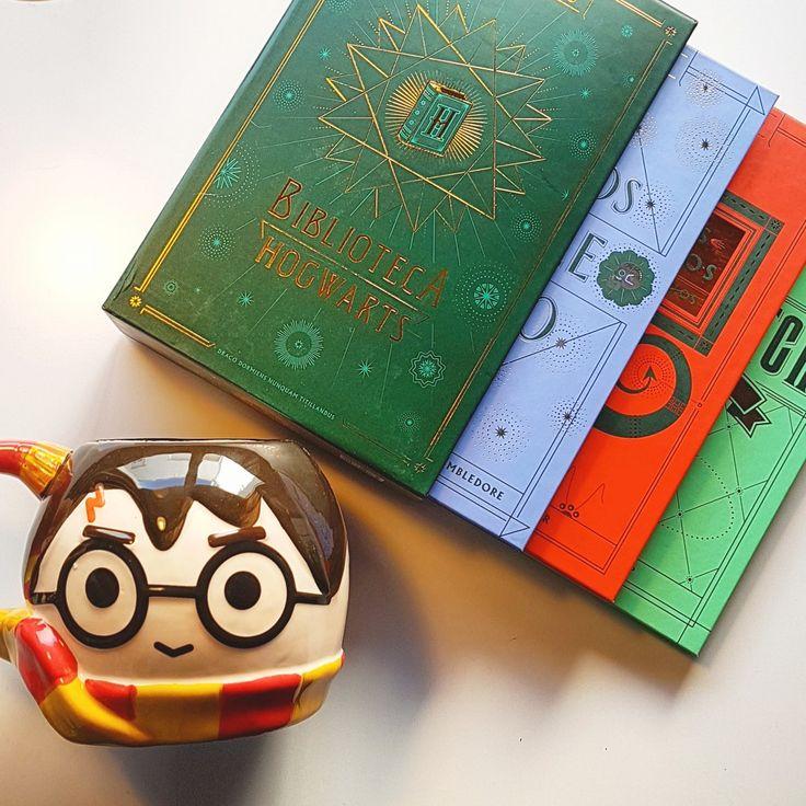 Descubre la Biblioteca Hogwarts, las lecturas esenciales de la escuela de magia y hechicería:Animales fantásticos y dónde encontrarlos,Quidditch a través de los tiemposyLos cuentos de Beedle el bardo. Atrás  Una colección de tres libros muy preciados para los usuarios de la gran biblioteca del Colegio Hogwarts de Magia y Hechicería. (y para todo Potterhead que se precie).   PVP: 30€