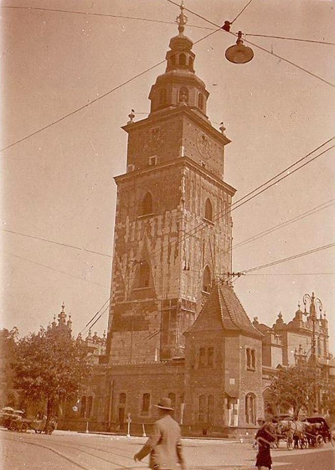 Wieża ratuszowa na Rynku Głównym w Krakowie, na fotografii wykonanej w 1930 roku.