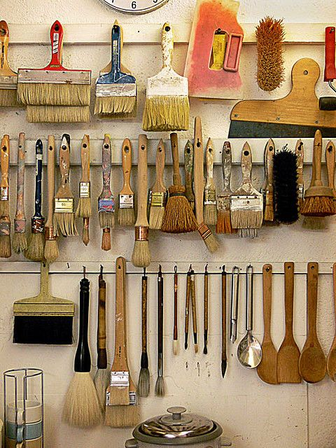 I love the wall mounted paint brush organization. It's easy to see each brush and they would dry well after cleaning. LA CUISINE DE L'ARTISTE