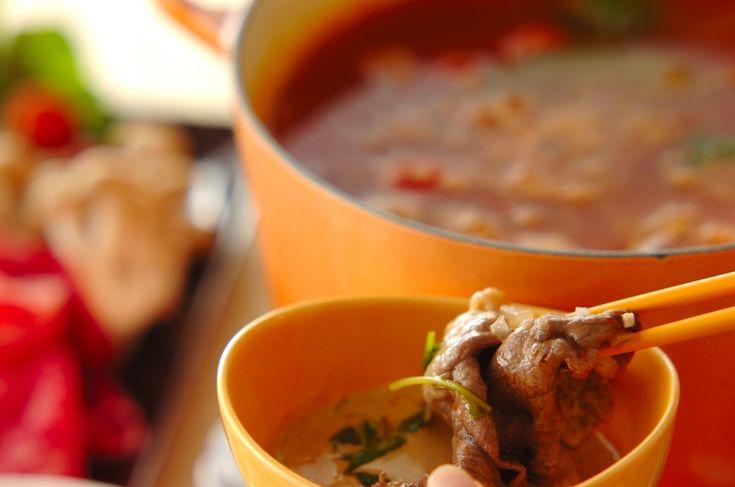 トマト風味のスープに、マヨネーズベースのつけダレで食べる洋風のしゃぶしゃぶです。