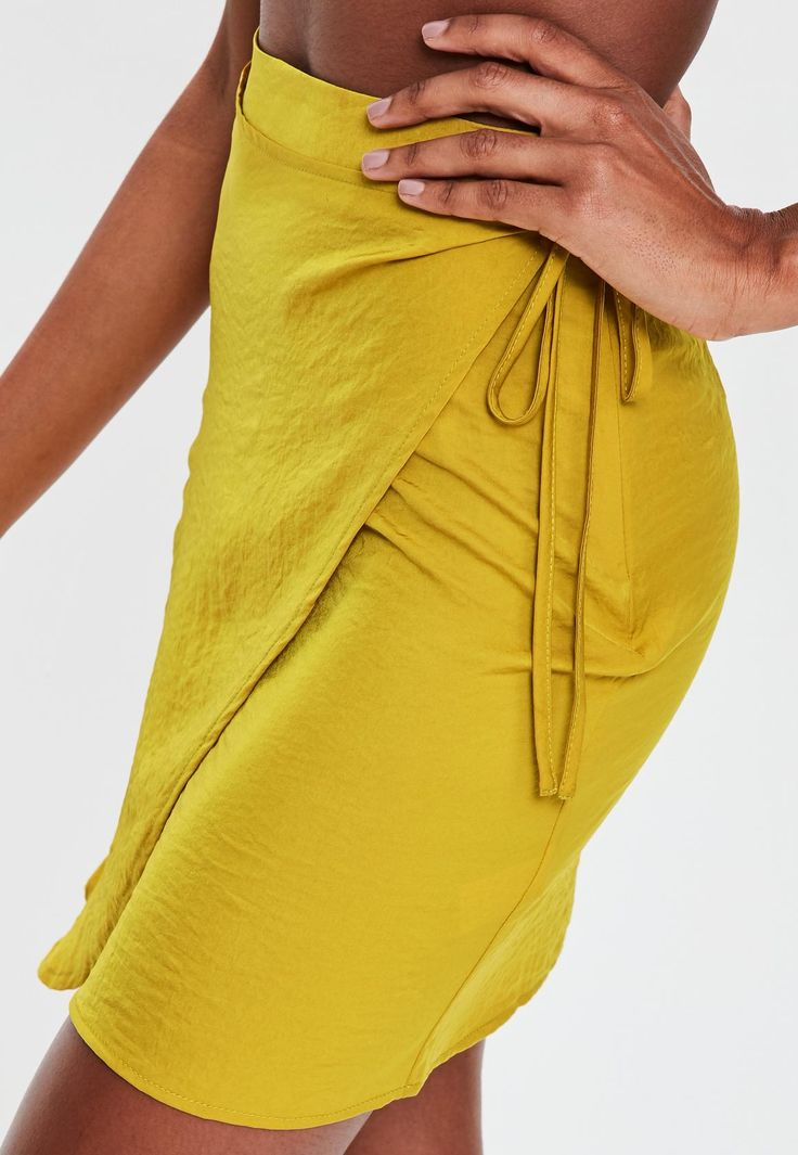 Missguided - Minifalda anudada en satén amarillo