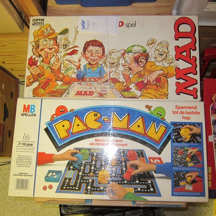 """Pac-Man spel door MB 1982 met zeldzame blauwe geest en gekke boardgame  Vintage spel in 1982 ingesteld in goede conditieNeem een kijkje op de foto's!met gekke bordgame compleetBreng de video game aan uw tafel!Rollen de dobbelsteen om te zien hoeveel punten bewegen Pacman maar pas op voor de geesten!Net als in het spel de geesten zet de tafels door het eten van een energizer pellet en verzendt dat de geesten terug naar hun huis.Spel bestaat uit:Bord met gaten te houden """"macht pellets"""" en…"""