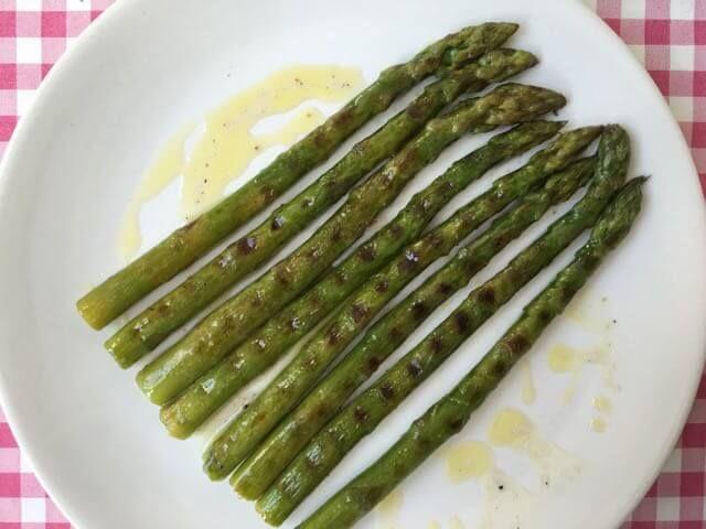 De lekkerste gegrilde asperges maak je natuurlijk gewoon zelf in je eigen keuken. Bekijk dit lekkere asperge recept op AllesOverItaliaansEten.nl!