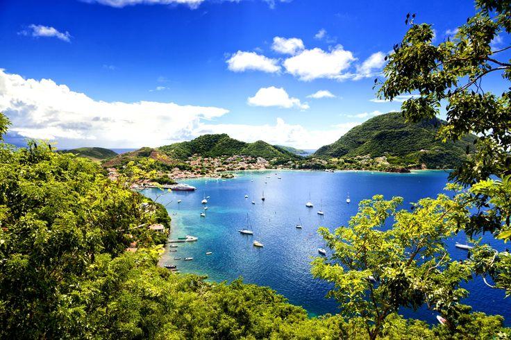 Białe plaże porośnięte palmami, obłędnie niebieski kolor wody, wysokie temperatury przez cały rok i jedzenie, które przypadnie do gustu każdemu. Tak można ogólnie określić wyspy, które potocznie nazywamy Karaibami. Jednak każda z nich ma odrębny charakter i oferuje o wiele więcej - atrakcje, których nie spotkamy nigdzie indziej. Poznajcie miejsca, gdzie spędzimy rajskie wakacje za mniej niż 7 tys. złotych.