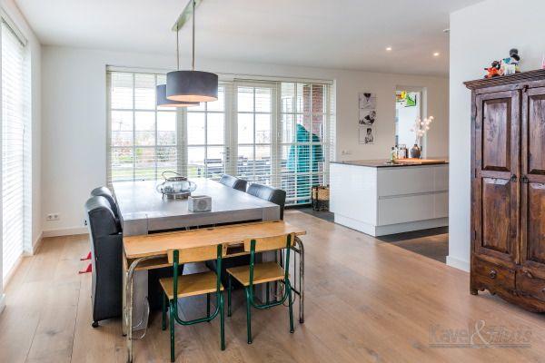 Klassieke woning, jaren-dertig woning. Centraal het woongedeelte met aansluitend een keuken met kookeiland. Met houten jaloezieën voor de ramen.