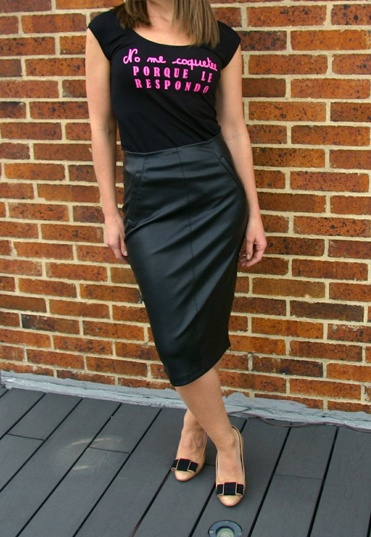 Camiseta No Me Coquetee PORQUE LE RESPONDO. TShirt, top, blouse, black, pink text, leather, skirt, outfit, cool, fancy.  @R T  Camiseta 29.000
