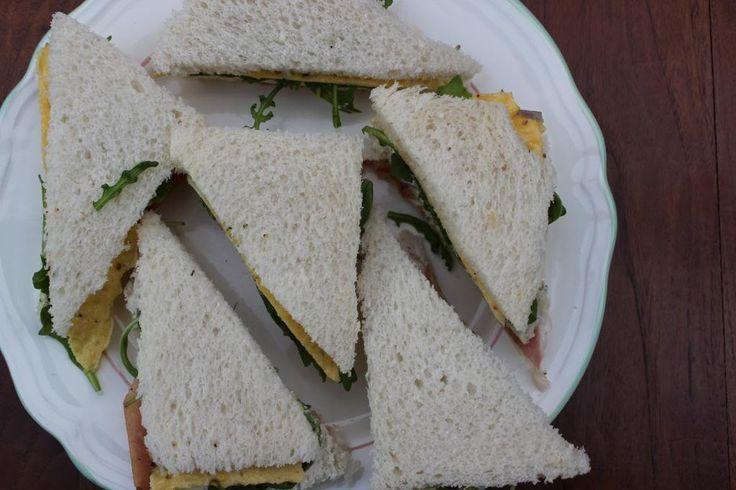 Een heerlijke sandwich met een omelet met rode ui, pittige rucola, parmaham en roomkaas. Lekker om als uitgebreide lunch te eten of als hoofdgerecht met een lekkere salade erbij. Tijd: 20 min. Recept voor 2 sandwiches Benodigdheden: 1/4 rode ui 6 witte boterhammen 2 eieren 50 gram rucola roomkaas met kruiden 2 plakjes parmaham snufje...Lees Meer »