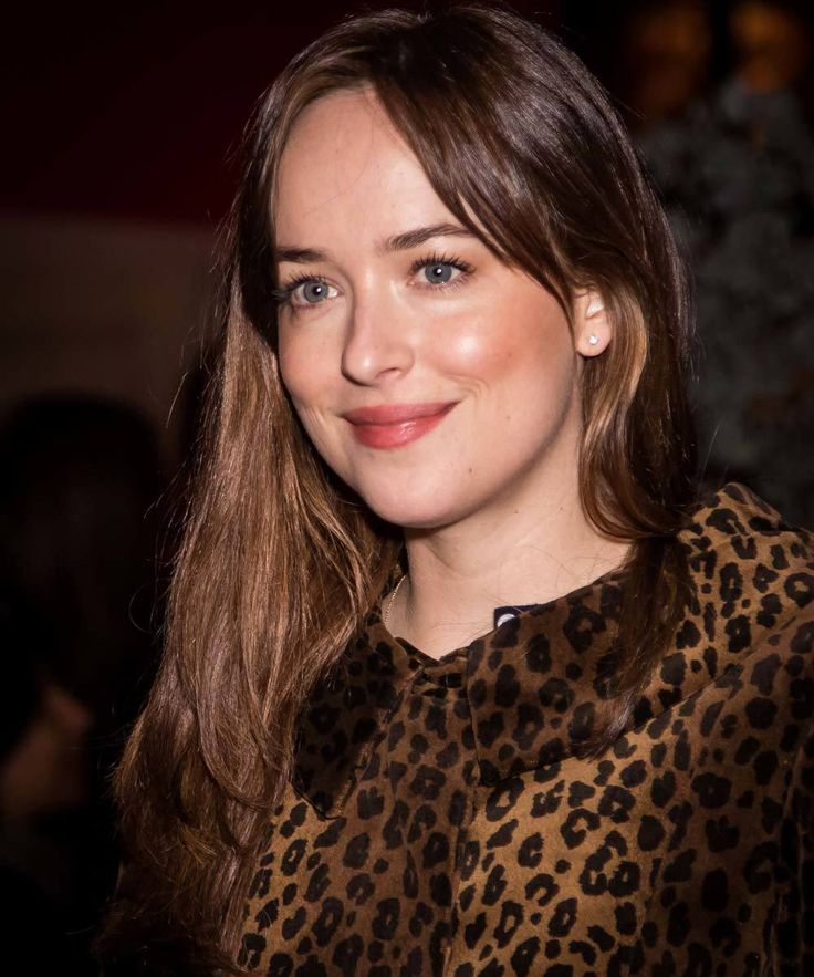 Dakota Johnson: mechas escondidas sobre castaño