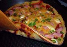 Пицца на сковороде за 10 минут Ингредиенты: 4 ст.л. сметаны 4 ст.л. майонеза 2 яйца 9 ст.л. муки (без горки, в ущерб) сыр Приготовление: 1. Тесто получается жидкое, как сметана, его вылить на сковороду смазаную маслом и уже сверху положить любую начинку (томат, колбаса, солёные огурчики, оливки, помидоры и др.) 2. Залить майонезом, и сверху толстый слой сыра. Рекомендуем толстый слой сыра. 3. Ставим сковороду на плиту, буквально на несколько минут, огонь большой не делайте 4. Сковороду…