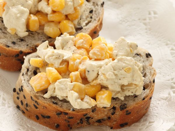 Corn and cheese is a combo that everyone loves. We've managed to combine the two to give you a scrumptious snack that'll have everyone asking for more. A generous mix of calcium-rich ingredients seasoned with fresh herbs, served with fibre-rich whole wheat bread; sounds delicious, doesn't it? Here's the quick and simple recipe to make corn cheese toast.