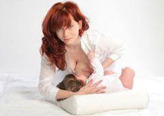 Поза для кормления грудью - Нависание над ребенком
