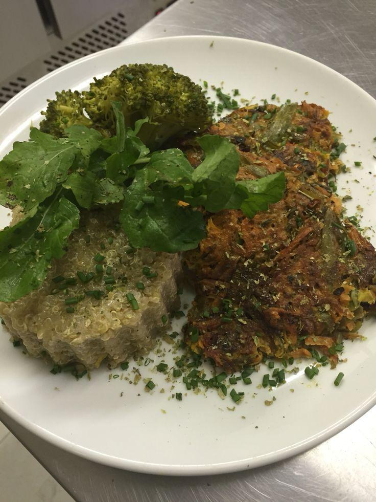 Tortilla de zanahoria con rucula y acompañado de quinoa con brocoli