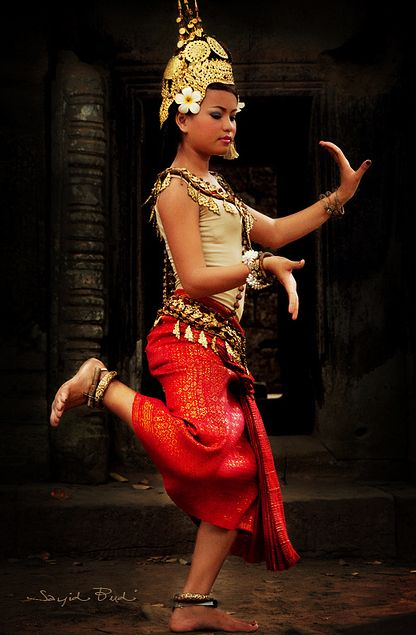 from http://souls-of-my-shoes.tumblr.com/post/18010532975/cambodian-dance