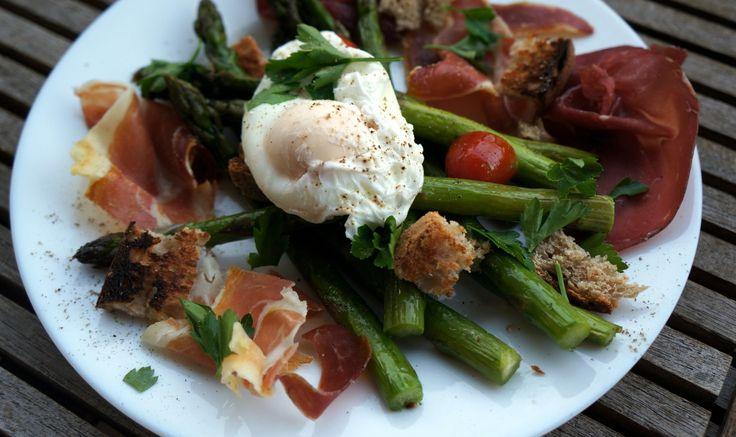 Asperges vertes rôties, œuf mollet et charcuterie italienne