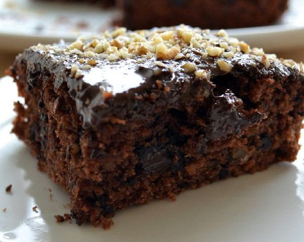Ένα κέικ ταψιού, τόσο πλούσιο σε γεύση που ίσως να μην σας πιστέψουν όταν το σερβίρετε σαν νηστίσιμο.