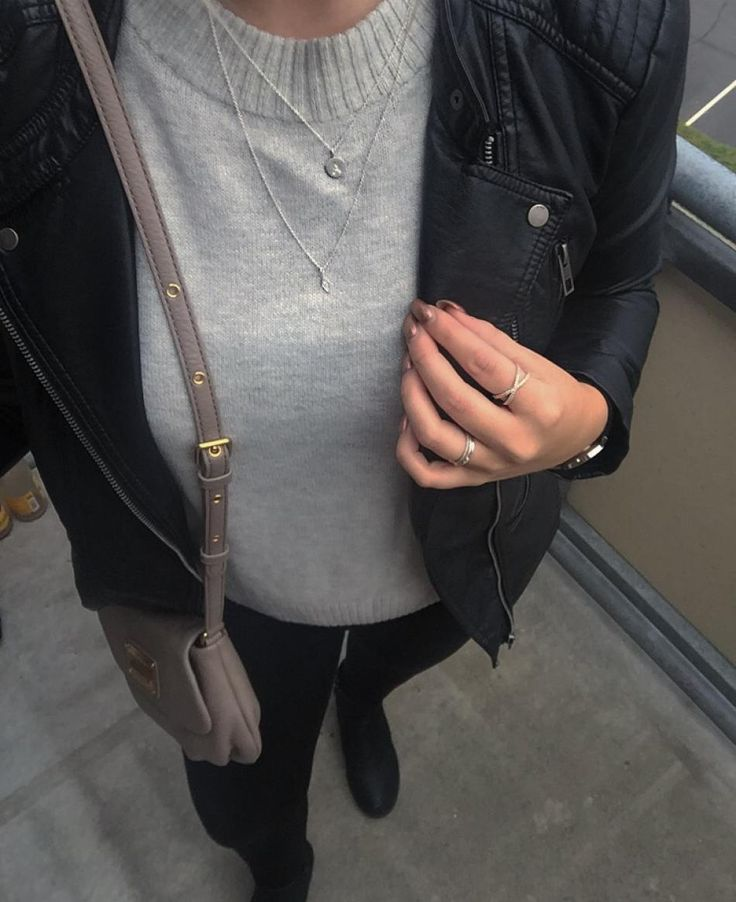 Onsdagens outfit. Læder jakke, en dejlig strik, sorte bukser og støvler. Mit outfit er selvfølgelig piftet op med mine yndlingssmykker. Ha\' en dejlig onsdag