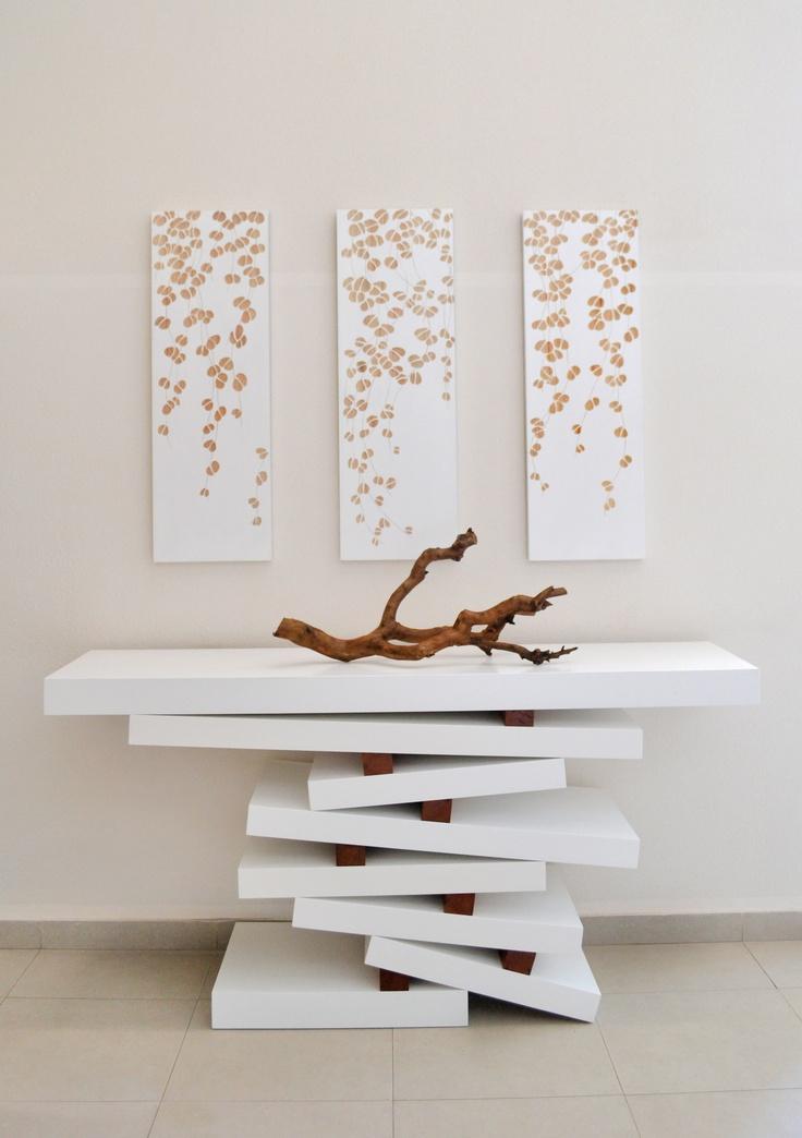 Tríptico de ramas blanco.   Pasillo de acceso Edificio Astra II, comuna de Las Condes. Proyecto realizado por Inmobiliaria Astra en conjunto con sus decoradores.