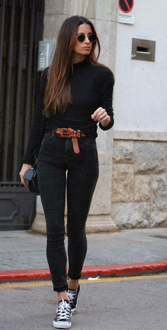 5 it girls basiquinhas para seguir no Instagram. Suéter preto, calça skinny preta, cinto caramelo, all star preto, all black, look todo preto
