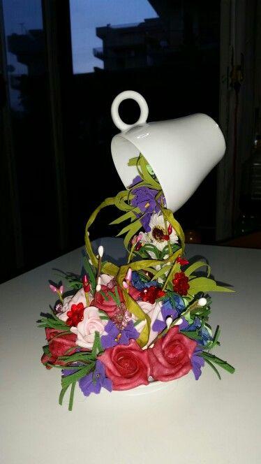 Tazza sospesa con fiori