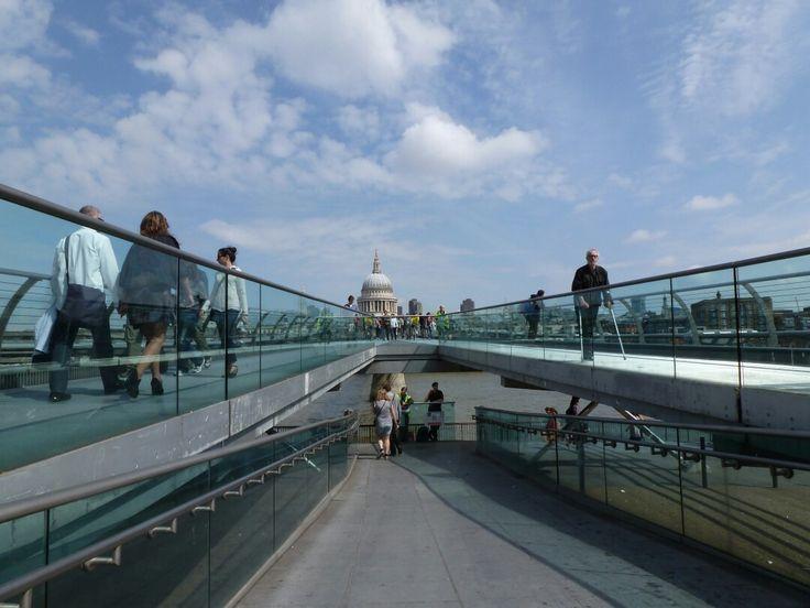 #London #MilleniumBridge #TateModern #SaintPaulCathedral #perspective