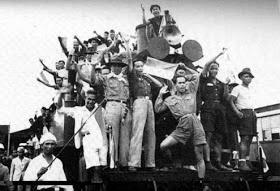 Indonesische mensen in 1945. Ze dachten dat ze al vrij waren, maar dat was niet zo Nederland moest de papieren nog ondertekenen en dat gebeurde in 1950.
